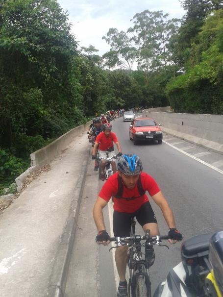 Os ciclistas que fizerem esse trajeto, encontrarão uma subida forte no trecho final do trajeto. Foto: ciclistas na Rodovia Prefeito Bento Roger Domingues.