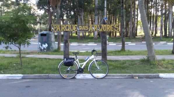 Parque das Árvores, localizada na Praça Deputada Ivete Vargas, esquina da Av. do Arvoreiro com a Av. Orvalho do Sol.