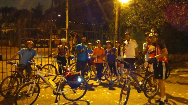Ciclistas participando do Pedal Noturno BZS